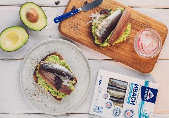 Бутерброд с сельдью и авокадо